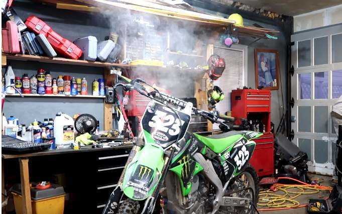 how much should a 2 stroke smoke